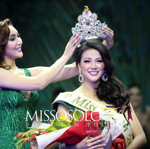 Hoa hậu Phương Khánh nhận vương miện từ người tiền nhiệm.