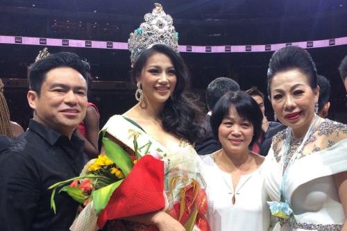 NTK Linh San (ngoài cùng bên phải) chụp hình cùng Tân hoa hậu Trái đất - Phương Khánh.