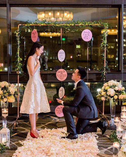 Hot girl Mie Nguyễn bật khóc khi được bạn trai quỳ gối cầu hôn