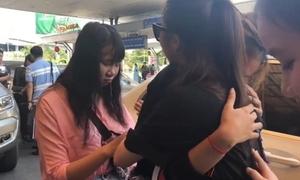 Fan bật khóc khi đón Hương Tràm ở sân bay