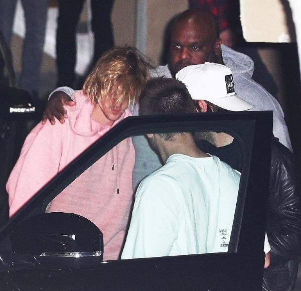 Đặc biệt, trong thời gian thông tin Selena nhập viện được báo chí đăng tải, Justin thường xuất hiện trong tình trạng tóc tai rũ rượi, gương mặt thất thần và cần sự giúp đỡ của người khác.
