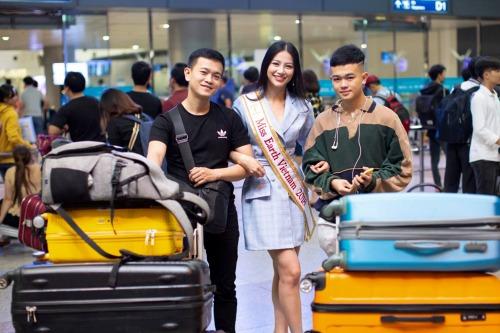 Anh trai Phương Khánh (trái) đưa em ra sân bay thời điểm Miss Earth rục rịch khởi tranh.