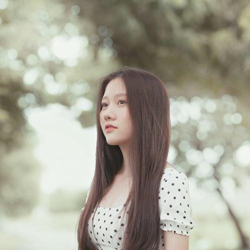 Em gái út của Trấn Thành là Huỳnh Ân, sinh năm 1999. Cách đây vài tháng, cô gái này gây chú ý khi xuất hiện tại đám cưới của Huỳnh Mi - em gái kế của Trấn Thành. Sở hữu chiều cao nổi bật, gương mặt ưa nhìn, Huỳnh Ân được tiết lộ cũng có đam mê với nghệ thuật giống anh trai.