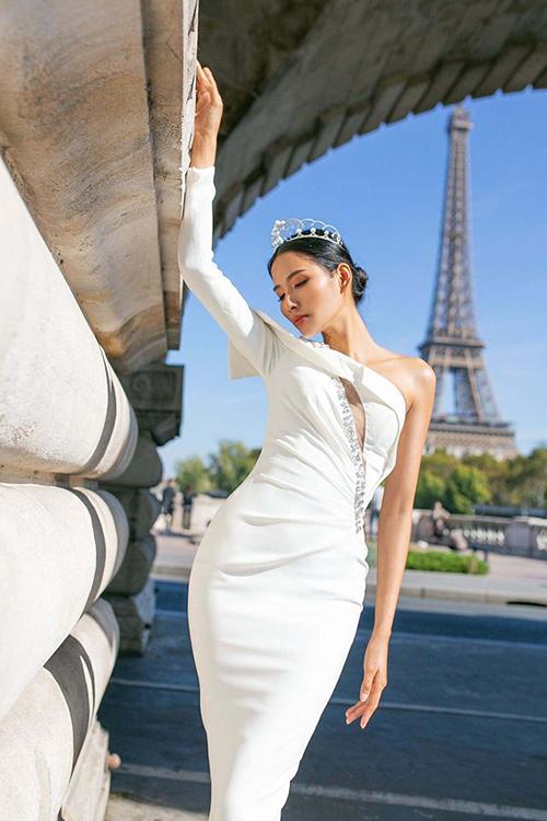 Hoàng Thùy khoe đường cong mềm mại bên biểu tượng của Paris - tháp Eiffel.