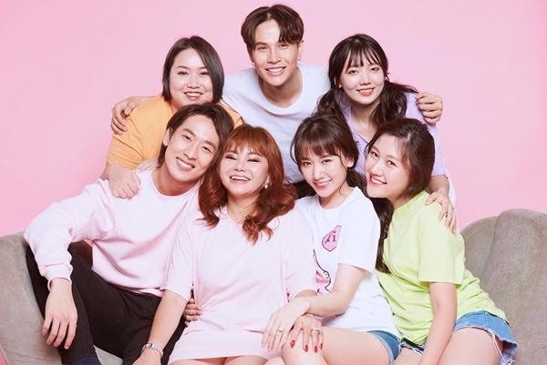 Hari Won vừa giới thiệu đến khán giả dự án web drama Gia đình Mén thông qua poster đầu tiên. Xuất hiện trong phim, ngoài những cái tên quen mặt như Lê Giang, Tuấn Trần... có hai diễn viên đặc biệt, đó là em ruột của Trấn Thành - Hari Won.