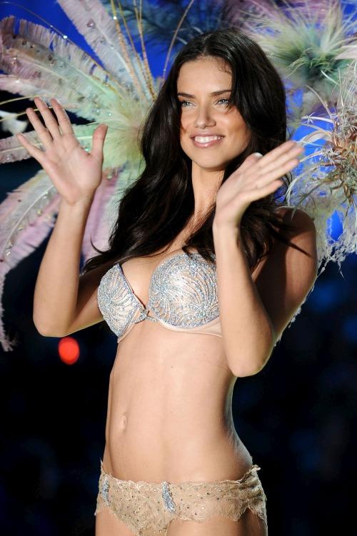Siêu mẫu Adriana Lima xuất hiện trên sàn diễn show 2010 cùng mẫu áo lót có cái tên ấn tượng Bombshell Fantasy Bra. Chiếc áo lót này mất đến 1.500 giờ đồng hồ chế tác, kết hợp3.000 viên kim cương trắng, sapphire xanh, topaz vàvàng trắng, Giá trị của nó là 2 triệu USD (45 tỷ VNĐ).