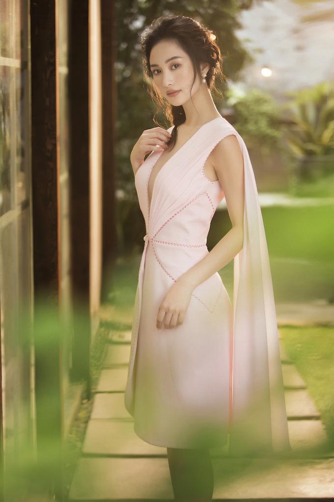 <p> Những chiếc váy khoét sâu ở phần ngực được xem là điểm nhấn trong bộ ảnh lần này. Thiết kế giúp người đẹp tự tin khoe vòng một.</p>