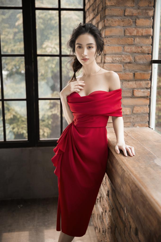 <p> Từng làm việc với nhau trong nhiều dự án trước đó, Lê Thanh Hòa biết cách lựa chọn những thiết kế phù hợp với vóc dáng và thế mạnh khuôn mặt của nữ diễn viên.</p>