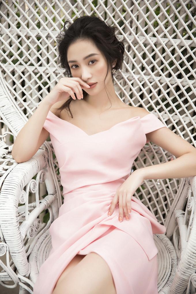 <p> Nắm bắt những xu hướng thời trang thịnh hành trong mùa thu đông, Jun Vũ lựa chọn những trang phục mang tông màu pastel nhẹ nhàng như hồng cánh sen, trắng, xanh ngọc... để toát lên vẻ đẹp dịu dàng, thanh lịch của người đẹp.</p>