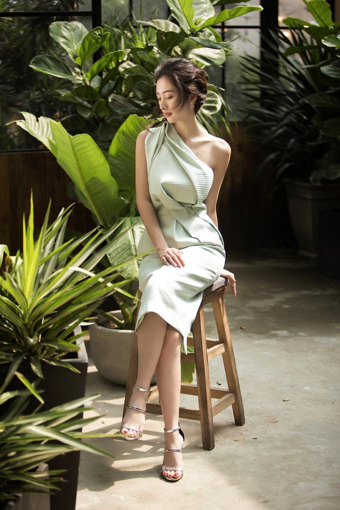 <p> Điểm nhấn của các thiết kế là ở phần cổ áo và phần ngực, góp phần khoe làn da trắng, mịn màng cùng vẻ đẹp mảnh mai của diễn viên <em>Tháng năm rực rỡ.</em></p>