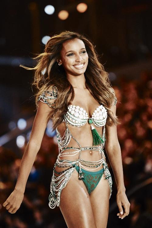 Jasmine Tookes là người được chọn mặt gửi vàng trong VSFS 2016. Với tên gọi Bright Night Fantasy Bra, chiếc bra này có giá 3 triệu USD (khoảng 68 tỷ VNĐ), được làm từ 9.000 viên kim cương cùng ngọc lục bảo với tổng khối lượng lên đến 450 carat và mất tới 700 giờ để hoàn thành.