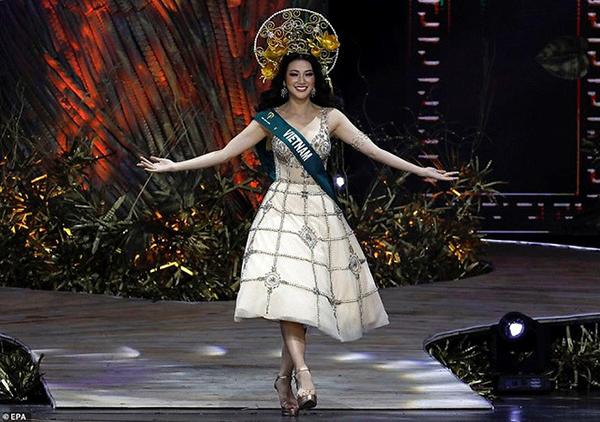 Trong đêm chung kết Miss Earth 2018, ở phần chào mừng, Phương Khánh tự tin sải bước trong thiết kế bồng xòe mang cảm hứng nữ thần.
