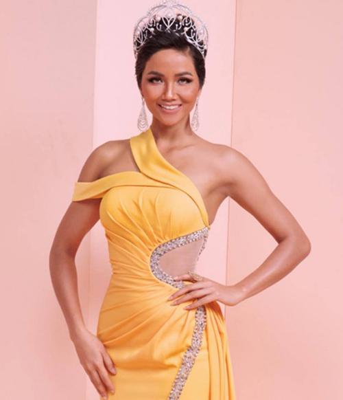 Đây cũng là đồ cũ diện lại vì chiếc váy từng được Hoa hậu HHen Niê mặc trong một bộ ảnh cáchđây không lâu.