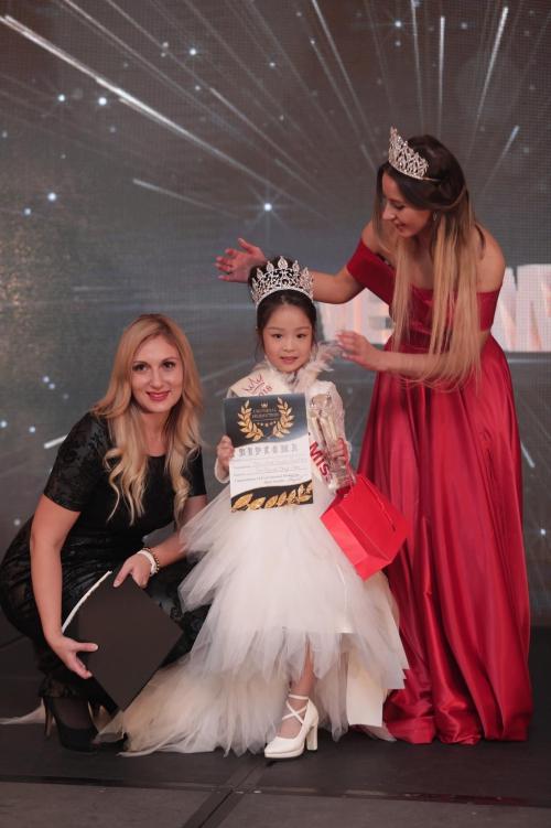 4 cô bé Việt đăng quang tại đấu trường hoa hậu nhí quốc tế
