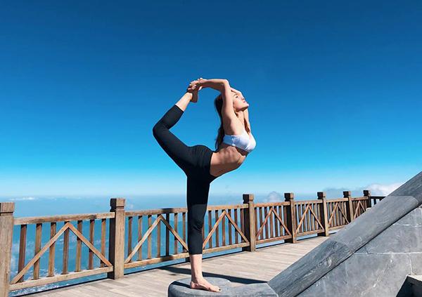 Phương Trinh Jolie tập yoga mọi lúc mọi nơi.
