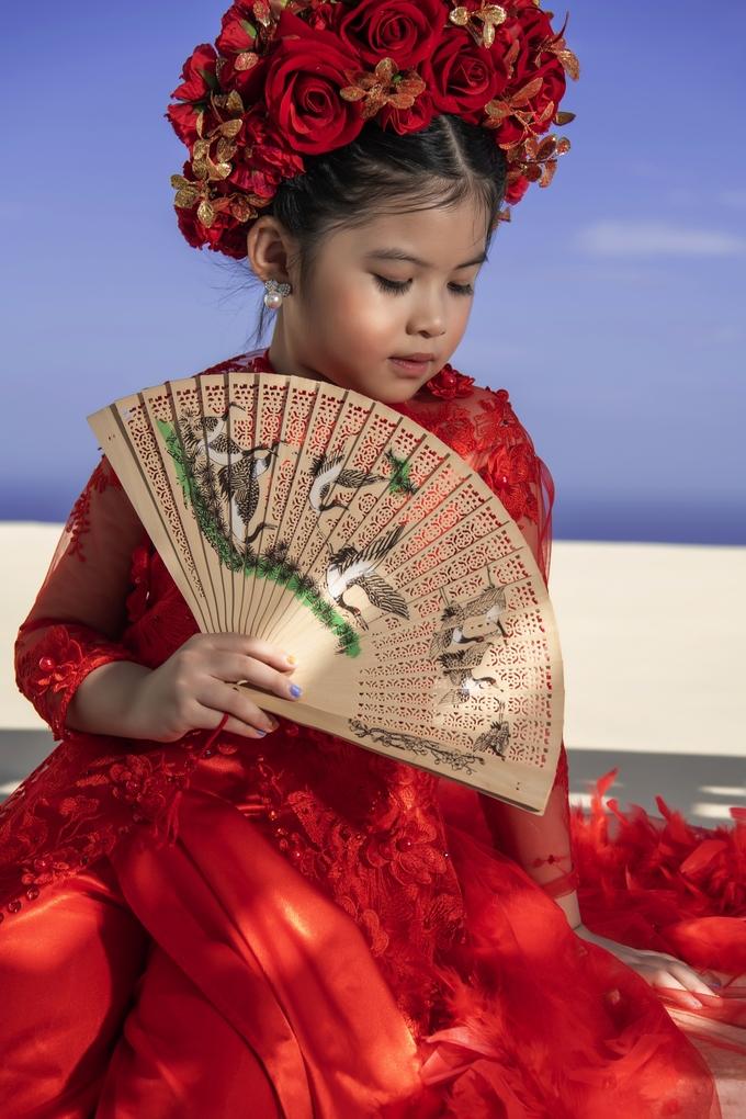 <p> Trang phục được thiết kế đính hạt, hoa, lông vũ... với hình tượng công chúa Mỵ Châu. Kathy Tan Her Lin trở nên nổi bật với cách tạo dáng tự tin, biểu cảm hút ống kính.</p>