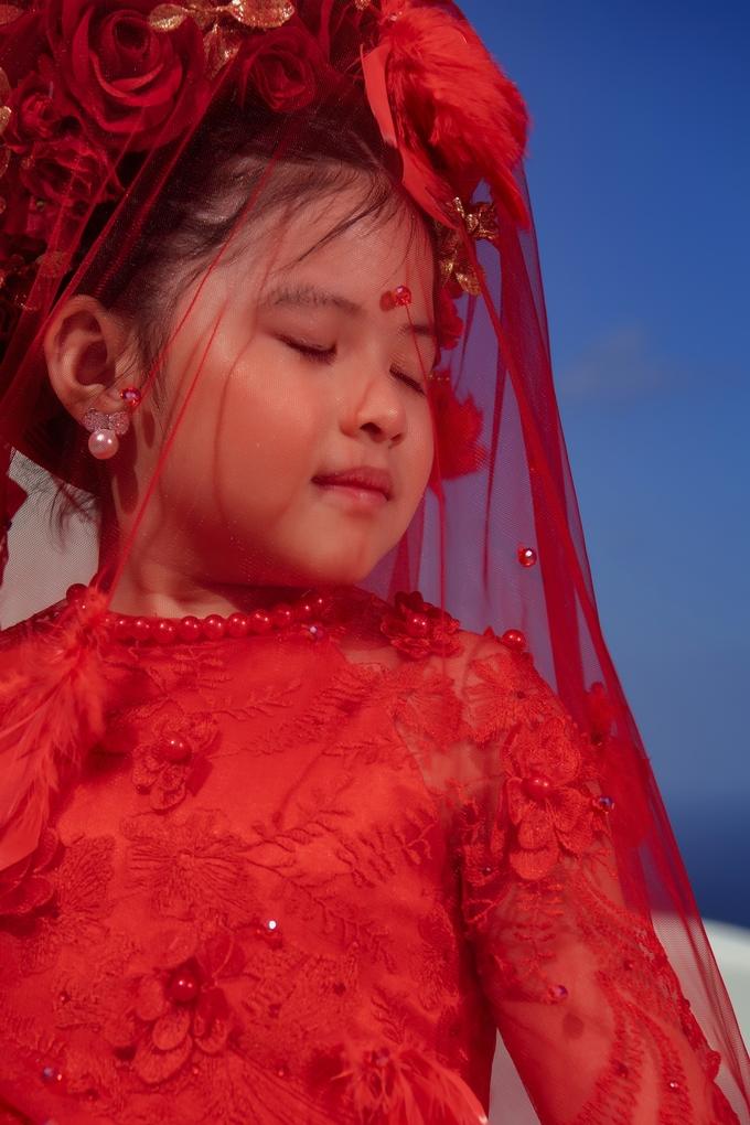 Mẫu lai 6 tuổi có phong cách sành điệu, thần thái đỉnh cao