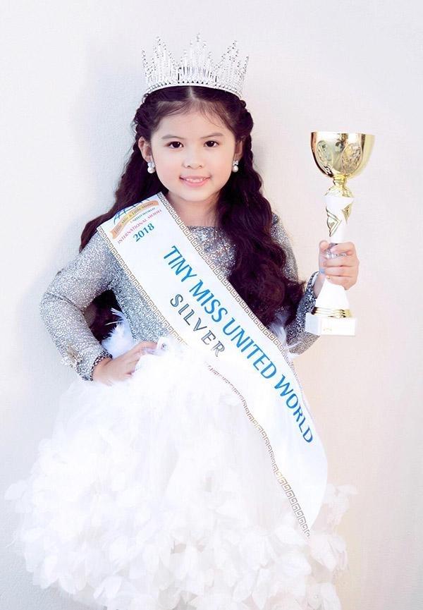<p> Tháng 9/2018, Hoa hậu nhí Thế giới 2018 (Little Miss & Mister World 2018) diễn ra tại Hy Lạp. Cô bé 6 tuổi mang hai dòng máu Việt Nam - Malaysia, tên Kathy Tan Her Lin được xướng tên ở ngôi vị Á hậu 2 (Tiny Miss World 2018 Silver). Bé có khuôn mặt xinh xắn, rạng rỡ, trình catwalk và pose hình ấn tượng.</p>