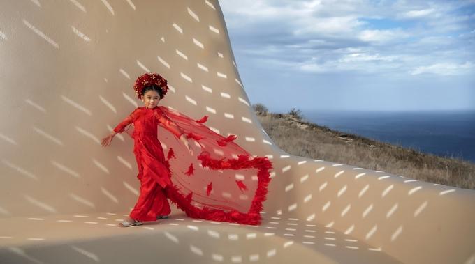 <p> Sau cuộc thi, cô bé nhận được nhiều lời mời chụp hình, đóng quảng cáo. Mới đây, Kathy Tan Her Lin xuất hiện trong bộ ảnh được thực hiện bởi nhiếp ảnh gia nổi tiếng Châu Âu - Aggelou.</p>