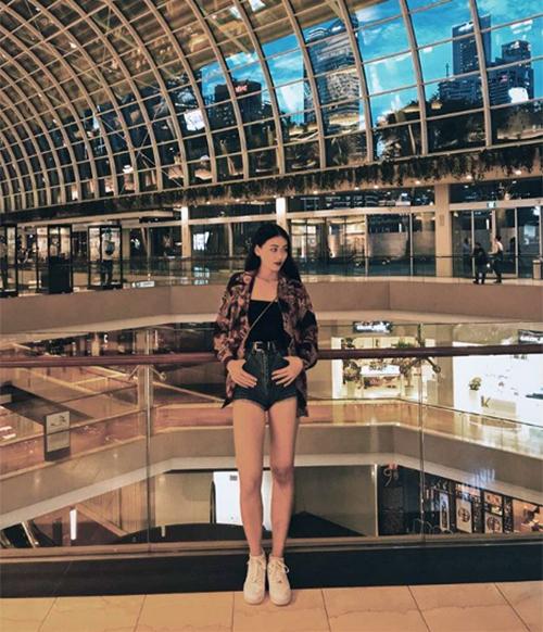 Với đôi chân dài, thân hình săn chắc, Phương Khánh trông chẳng khác gì các cô gái phương Tây.
