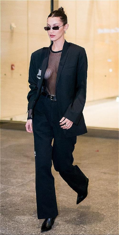 Dù New York đang rất lạnh nhưng chân dài nhà Hadid vẫn chứng tỏ thời trang hơn thời tiết. Cô nàng thoải mái thả rông vòng một trong chiếc áo xuyên thấu mỏng manh, khoác ngoài là chiếc áo vest hờ hững.
