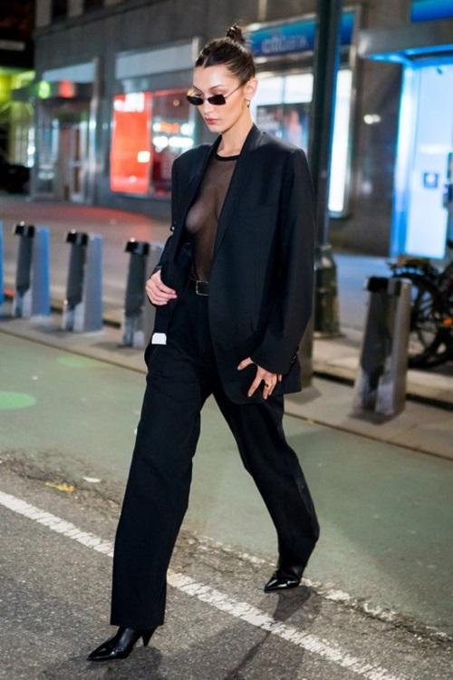 Chiều 5/11 (giờ địa phương), Bella Hadid được bắt gặp rời khỏi buổi thử đồ cho Victorias Secret Fashion Showtại New York.