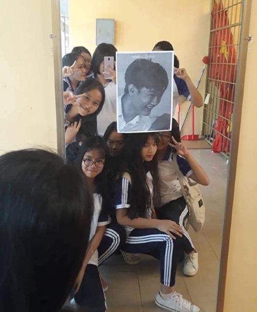 Được chụp hình chung vớitất cả bạn nữ xinh xắntrong lớp vào ngày sinh nhật theo cách như thế nàythì đây đúng là cậu học sinh may mắn nhất thế giới rồi.