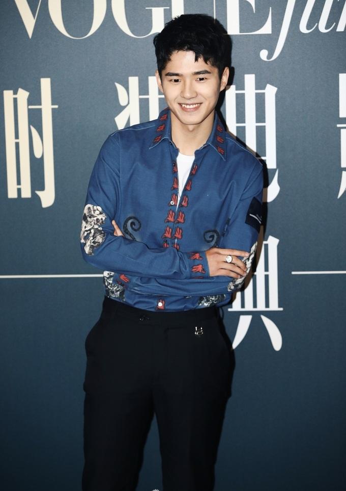 """<p> Lưu Hạo Nhiên """"đốn tim"""" fan nữ với nụ cười răng khểnh duyên dáng, trang phục trẻ trung.</p>"""