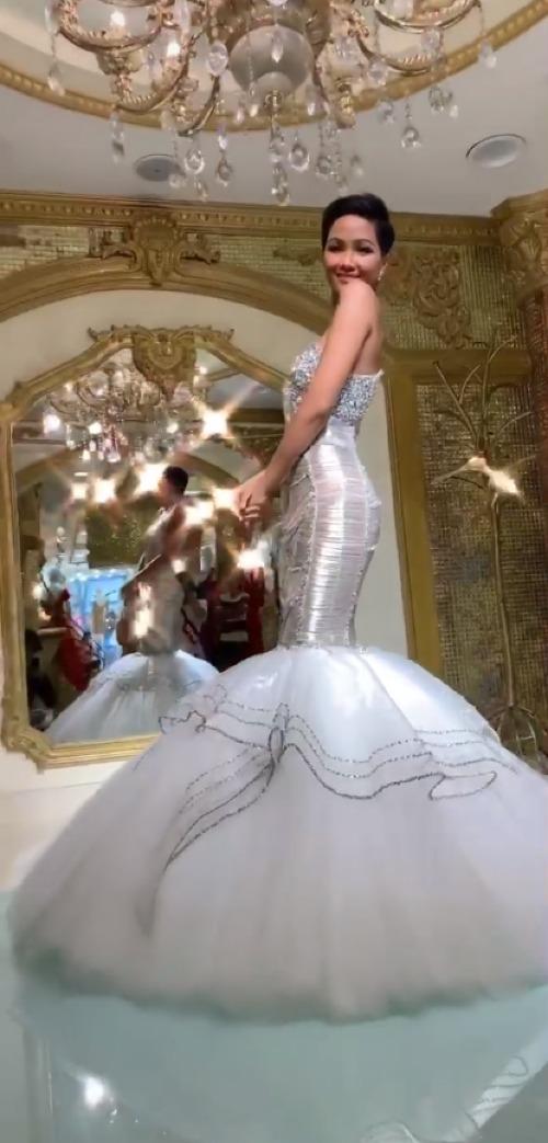 Nhờ quá trình luyện tập tích cực, chuẩn bị cho chặng hành trình chinh phục vương miện Miss Universe sắp tới mà HHen Niê có được body chuẩn chỉnh. Bộ đầm khai thác tối đa lợi thế vóc dáng gợi cảm của Tân Hoa hậu Hoàn vũ Việt Nam.