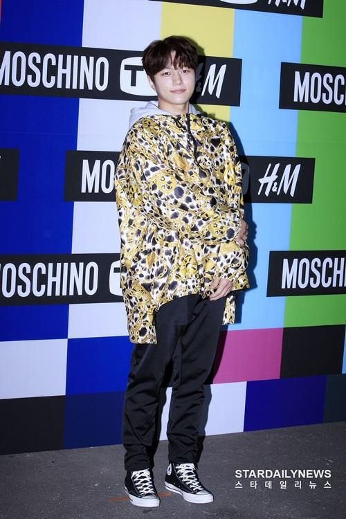 Anh chàng Myung Soo củaInfinite bị dìm chiều cao đáng kể trong chiếc áo oversize có hoạtiết bắt mắt.
