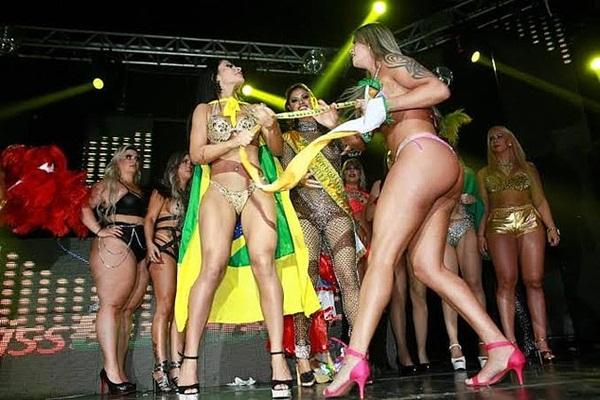Thí sinh Aline Uva giật dải băng từ Tân Hoa hậu Siêu vòng ba Brazil - Ellen Santana.
