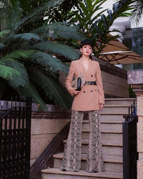 Chi Pu phối hợp áo blazer gam màu be cùng quần ống loe họa tiết da báo. Cô nhấn nhá thêm cho set đồ của mình bằng cách đội mũ baker boy và đeo thắt lưng Gucci.