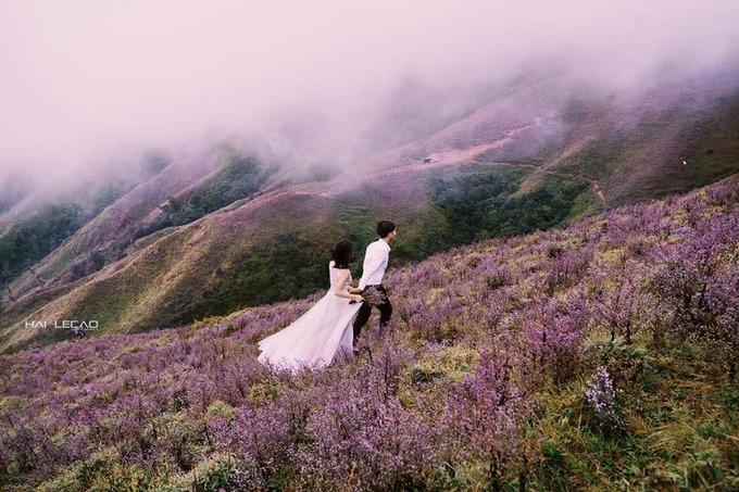 <p> Hai bạn trẻ Paul Trần - Đoàn Lý Trần Quỳnh còn thực hiện bộ ảnh cưới đầu tiên trên đỉnh Tà Chì Nhù.</p>