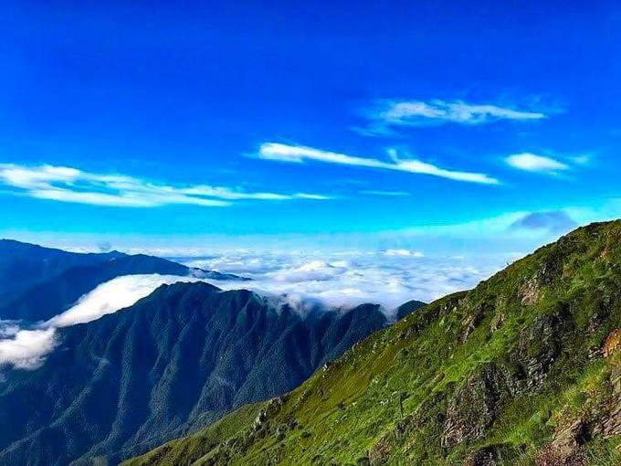 """<p> Tà Chì Nhù trở thành thử thách mới cho dân phượt từ hồi 2016. Trước đây ngọn núi này nổi tiếng với cảnh sắc núi non hùng vĩ, bao quanh là biển mây trắng xóa. Hiện tại, cung này được nhiều đoàn tìm đến nên có lối mòn thuận tiện hơn. View rộng và thoáng nên bạn có thể mang theo máy ảnh để """"săn mây"""" cực cool.</p>"""