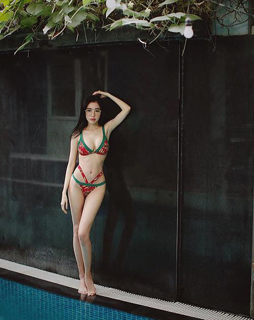 Diện bikini cắt xẻ táo bạo, Elly Trần khoe thân hình quyến rũ, vòng nào ra vòng nấy như chưa từng sinh nở.