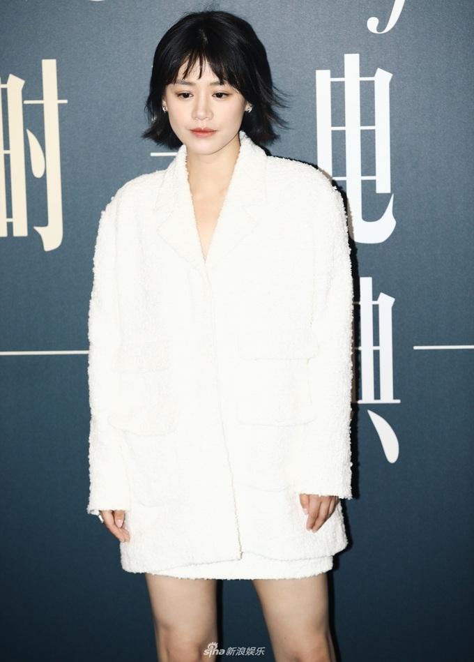<p> Mã Tư Thuần trông nhợt nhạt với bộ đồ trắng và lối trang điểm tông trầm.</p>