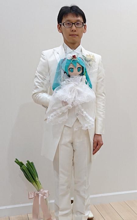 Chàng trai Nhật chụp ảnh bên cô dâu là con búp bê.