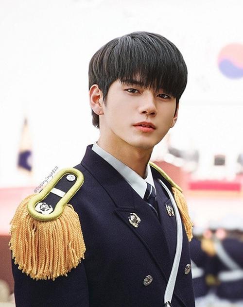 Ong Seong Woo được đánh giá là idol có khuôn mặt đậm chất điện ảnh. Chỉ là bức ảnh photoshop cũng đủ khiến các fan phát cuồng, đề nghị thành viên Wanna One sớm đóng phim.