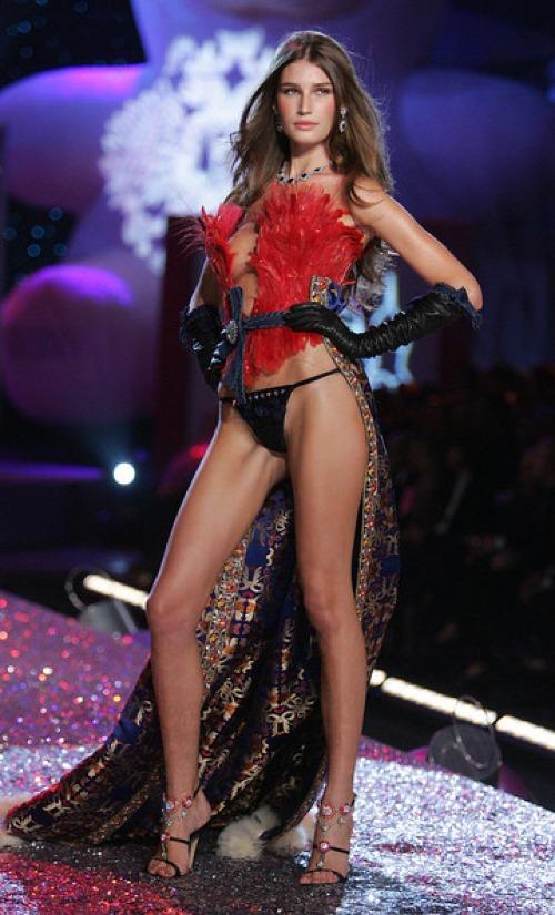 Cũng trong VSFS 2005, Eugenia Volodina ghi điểm với nhữngbước catwalkquyến rũ tại segment Sexy Russian Babes.