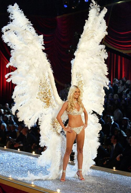 Khoảnh khắcsiêu mẫu Heidi Klum khoác lên mình đôi cánh khủng nhất lịch sử tại show 2003.