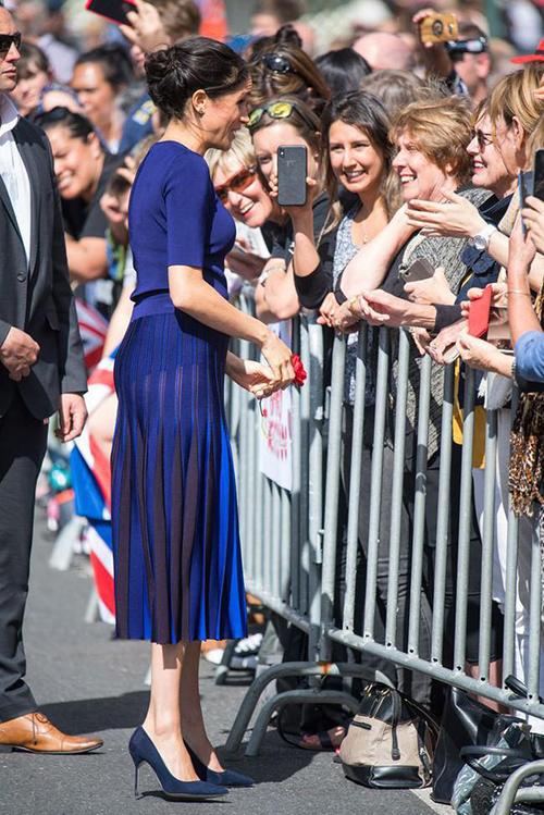 Hoàng gia Anh có hàng loạtquy định ăn mặc cho phái đẹp để thể hiện sự trang trọng, thanh lịch. Tuy nhiên những yêu cầu khắt khe đó đã bị phá vỡ kể từ khi có sự xuất hiện của Meghan Markle. Nhiều lần nữ Công tước xứ Sussex gây bất ngờ khi diện những bộ đồ trước nay chưa từng có tiền lệ. Thiết kế váy với chất liệu lưới mỏng manh, để lộ cả quần nội y dưới ánh nắng này là một ví dụ.