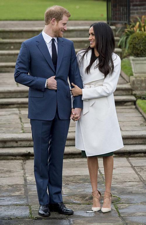 Phái đẹp Hoàng gia Anh luôn phải đi tất màu nude đồng màu với chân thật mỗi khi diện váy ngắn để tạo vẻ thanh lịch, tinh tế.Không khó nhận ra Meghan Markle đã bỏ qua quần tất trong lễ đính hôn vào tháng 11/2017. Cô cũng là người hiếm hoi dám phá quy tắc ăn mặc cơ bản của nhà chồng.