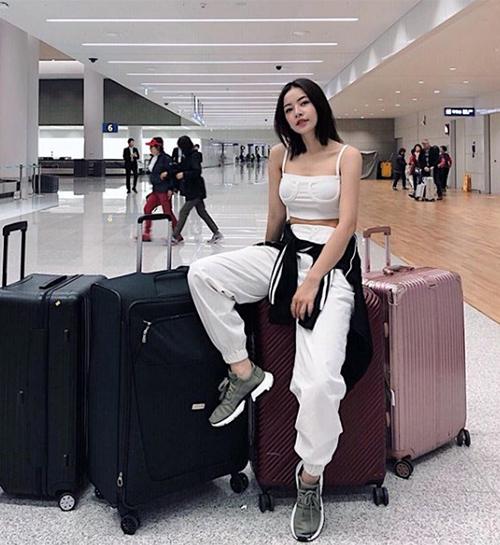 Chi Pu diện cây trắng xì po và sành điệu ra sân bay.