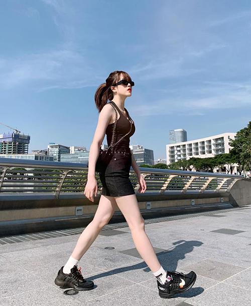 Chỉ cần diện cây đen trơn, Thiều Bảo Trâm vẫn toát lên nét chất chơi hết phần thiên hạ. Bí quyết của cô nàng là trang phục tôn dáng, phối cùng phụ kiện cá tính.