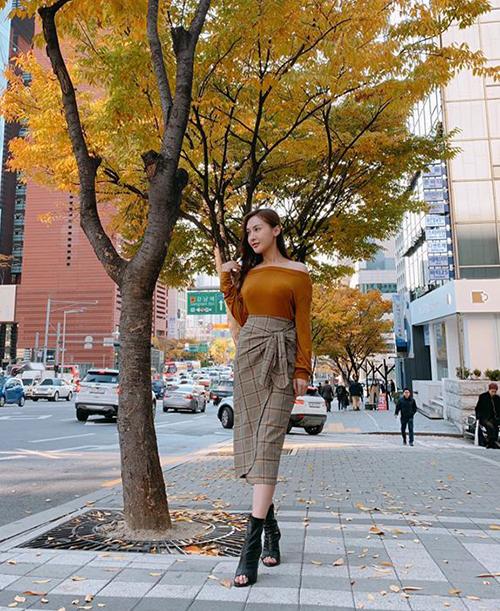 Đồ tông nâu được Kelly Nguyễn lựa chọn khi đi dạo phố Seoul trong những ngày thu ngập tràn lá vàng.