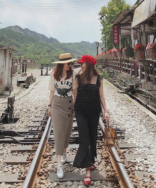 Yến Trang - Yến Nhi chưa bao giờ sụt giảm phong độ khi ra phố. Những set đồ của hai cô nàng luôn có mức giá bình dân nhưng kết hợp rấttinh tế giữa trang phục và phụ kiện.