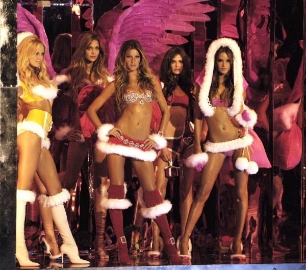 Năm 2005, Karolina Kurkova, Gisele Bundchen vàAlessandra Ambrosio - bộ 3 chân dài làm nên màn mở show không thể nào quên đối với người hâm mộ. Cho đến nay, nhiều fan nhận xét họ vẫn còn nổi da gà khi xem lại segment này.