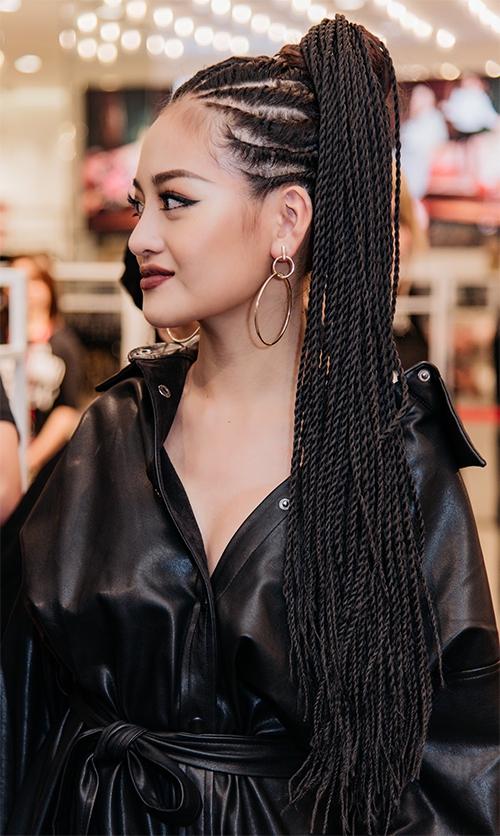 Cô cho biết đã phải cố gắng đến địa điểm làm tóc từ chiều, sẵn sàng ngồi hàng giờ đồng hồ để tết được mái tốc hết sức cầu kỳ này.