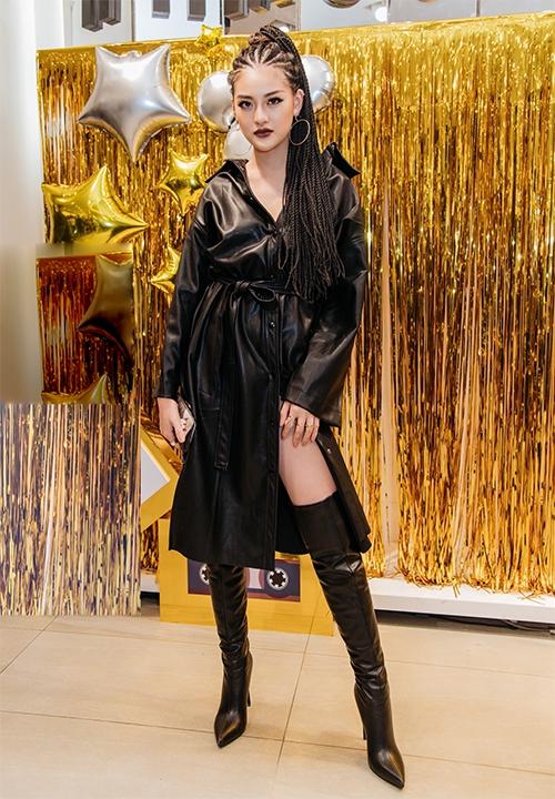 Tối 7/11,Thùy Anh tham dự một sự kiện tại TP HCM. Cô xuất hiện với vẻ ngoài cá tính gây chú ý đặc biệt trên thảm đỏ. Mái tóc được tết cầu kỳ,nổi loạn nhưnhững cô gái châu Phi khiến nữ diễn viêncàng trở nên nổi bật.