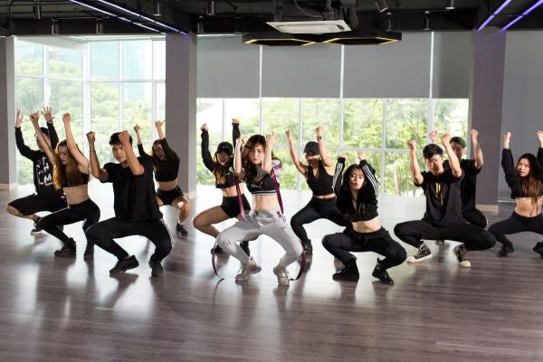Hương Tràm thể hiện vũ đạo mạnh mẽ trong MV.